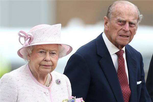 """الملكة البريطانية إليزابيث والأمير فيليب يتلقيان لقاح """"كورونا"""""""