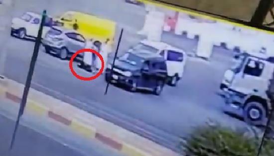 خلافات تقود زوجاً لدهس زوجته عمداً في شارع عام بخميس مشيط