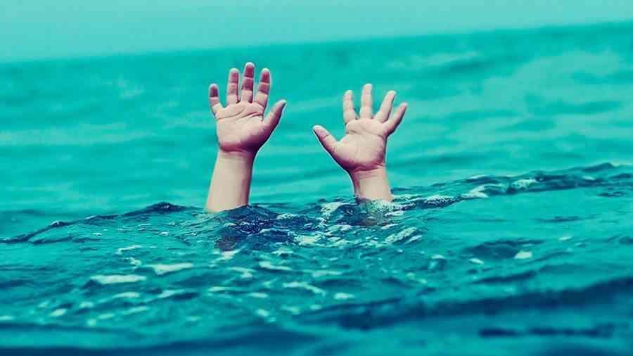 قصة مأساوية .. لبناني يدفن طفله في البحر