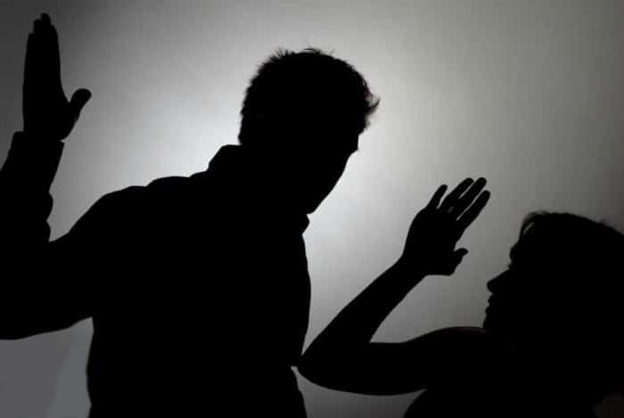 شاب يعتدي على والدته بالضرب المبرح