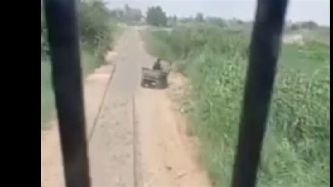الظاهرة مستمرة .. شاهد عربة في مواجهة قطار في مصر