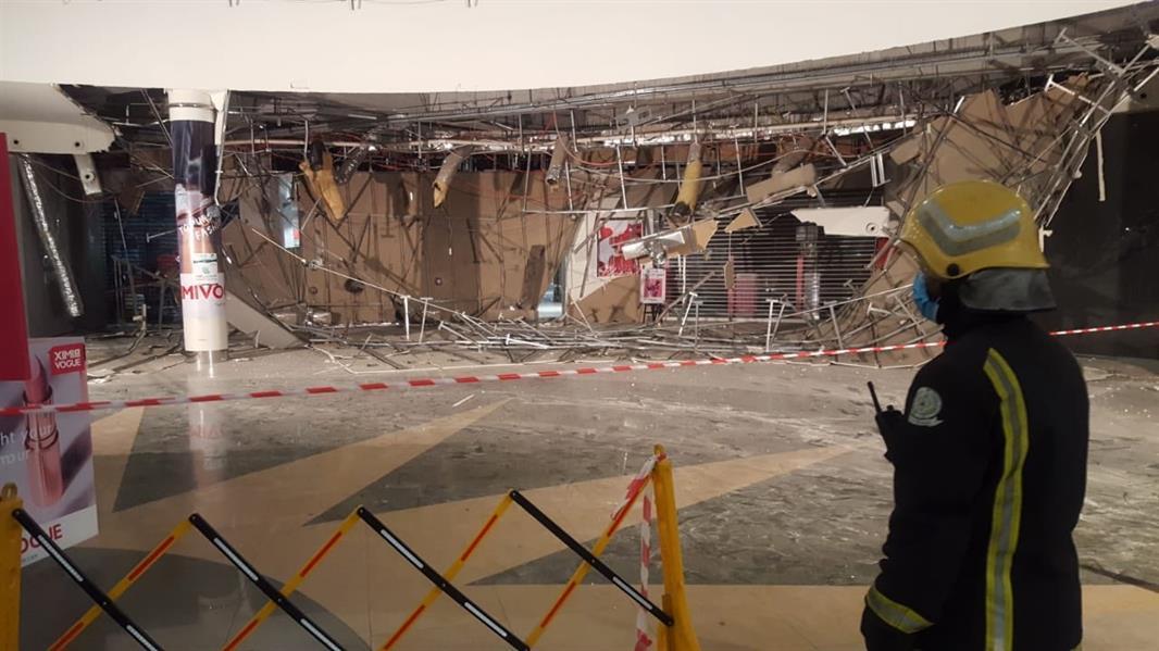 سقوط سقف مستعار في مول بالقطيف