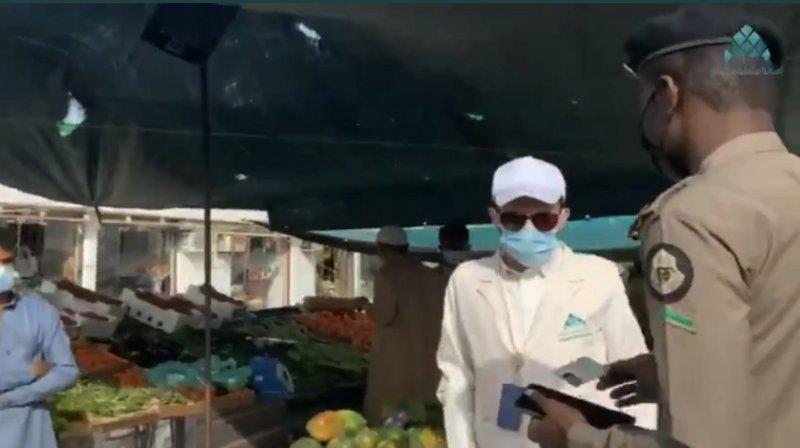 """جولة مفاجئة ترصد عدم التقيُّد بلبس الكمامات في السوق الأسبوعي واليومي بـ""""العارضة"""""""