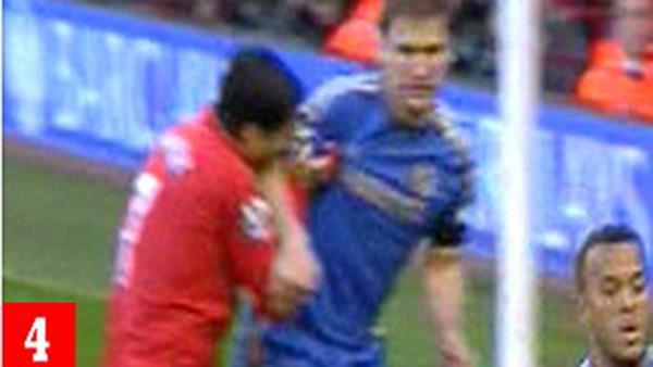 سواريز يعض لاعبا في تشلسي