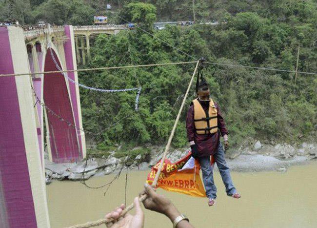 هندي يلقى حتفه أثناء محاولته عبور نهر معلقا من ضفيرته