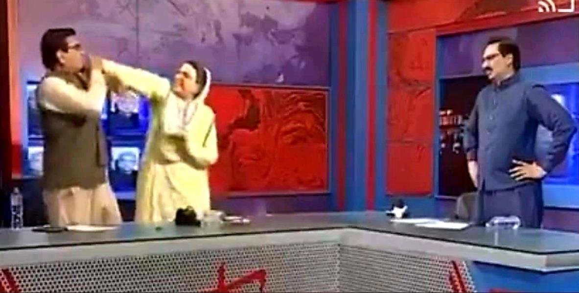 وزير باكستاني سابق يصفع النائب على الهواء مباشرة