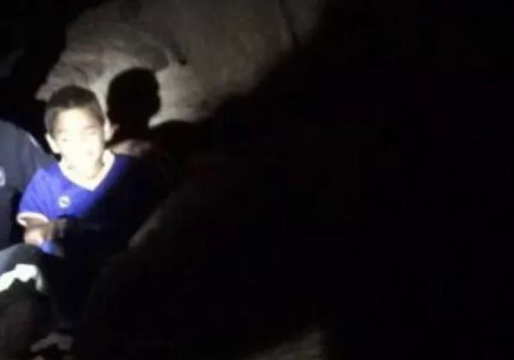 بالصور.. الدفاع المدني ينقذ طفلاً احتُجز فوق أحد جبال عفيف