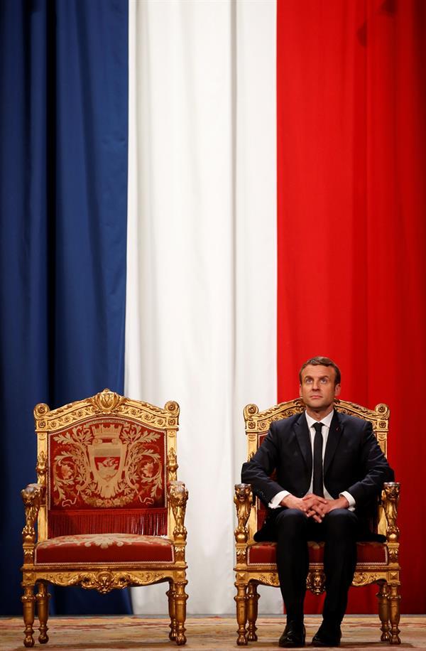 انتخاب إيمانويل ماكرون رئيسا جديدا للجمهورية الفرنسية خلفا لفرانسوا هولاند في 14 مايو