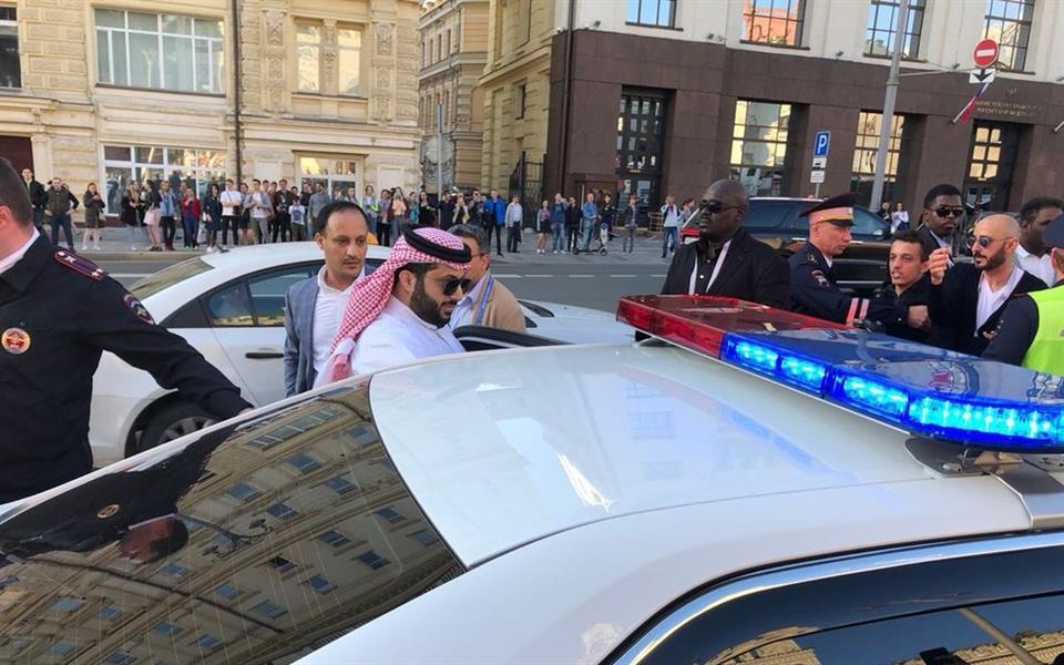 شاهد.. حشد جماهيري يطوق آل الشيخ في موسكو ويعطل حركة السير.. والشرطة الروسية تتدخل
