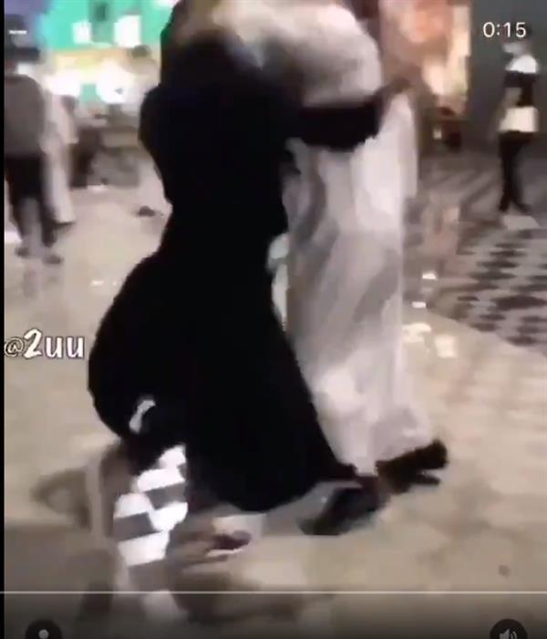 فيديو متداول لاشتباك بين شاب وفتاة في مول تجاري شمال الرياض