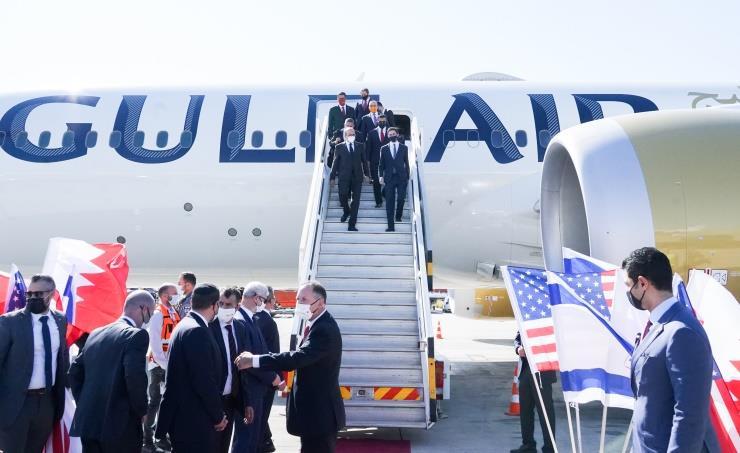 وصول أول وفد رسمي بحريني إلى تل أبيب