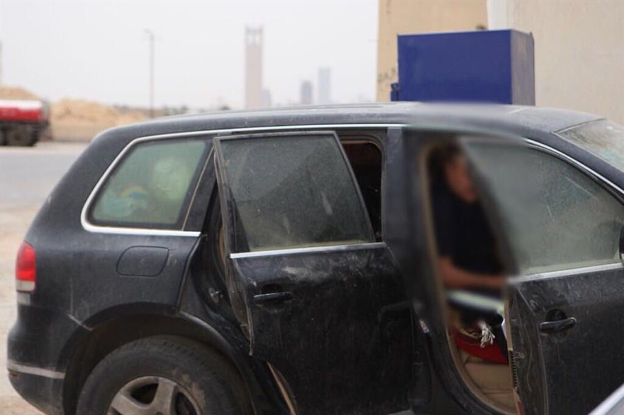 """صور.. مسن يعاني من الأمراض يعيش في سيارته بمحطة وقود.. وبلاغ موظف في """"العمل"""" يؤدي للتدخل"""