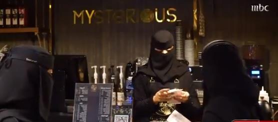 4 سعوديات يشبعن شغفهن بإدارة مقهى وسط تبوك