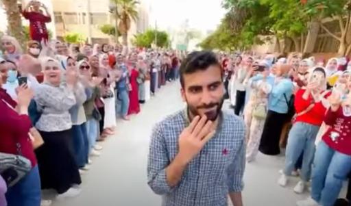 طلاب الجامعات المصرية ينظمون ممراً فخرياً لأحد زملائهم تكريماً له