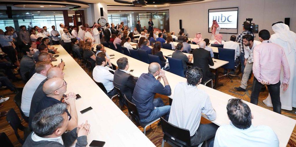 "شاهد.. وليد آل إبراهيم يزور مقر ""إم بي سي"" في دبي.. ومديروها وموظفوها يحتفون بعودته"