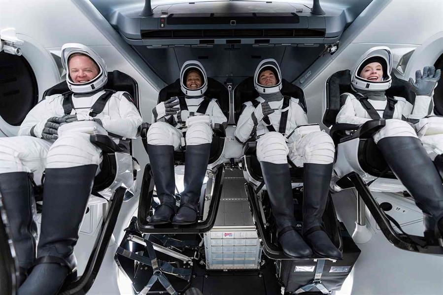 انطلاق أول رحلة سياحية للفضاء بطاقم من المدنيين