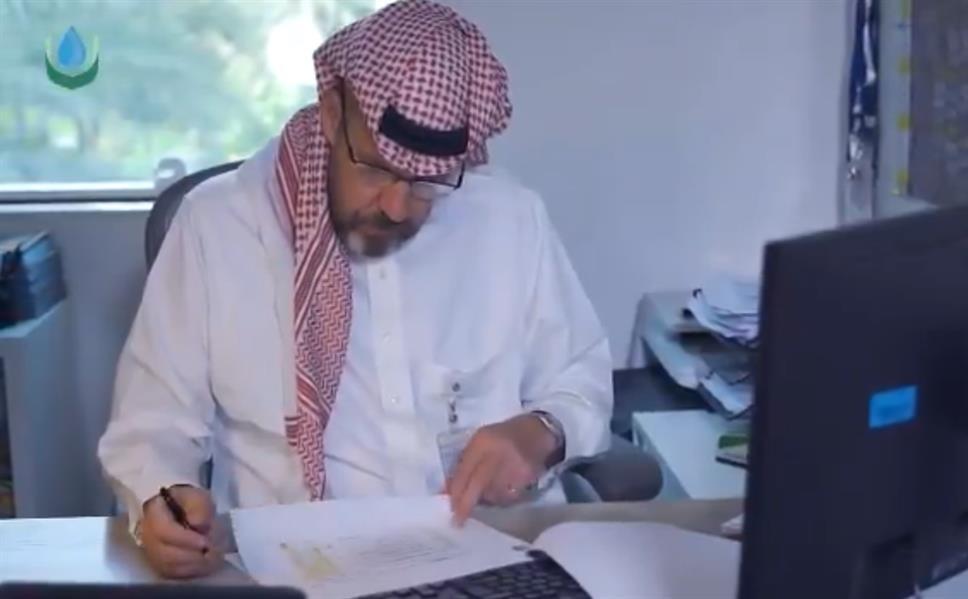 """لهذا يحرص نائب رئيس """"سالك"""" البريطاني """"وليام"""" على ارتداء الزي السعودي منذ 3 أعوام"""