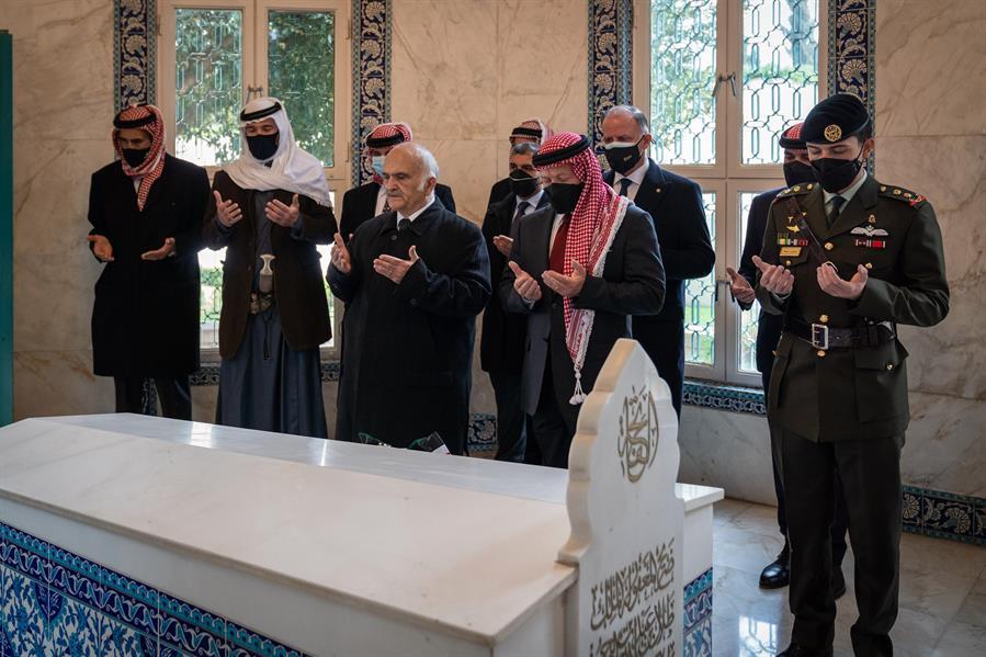 الأمير حمزة يظهر بجانب ملك الأردن
