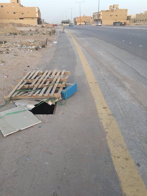 """حفرة خطرة """"تنتظر الضحية"""" القادمة تدفع أمانة الرياض للتدخل (صور)"""