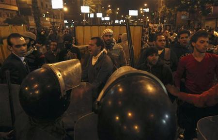 متظاهرون ضد مرسي امام قصر