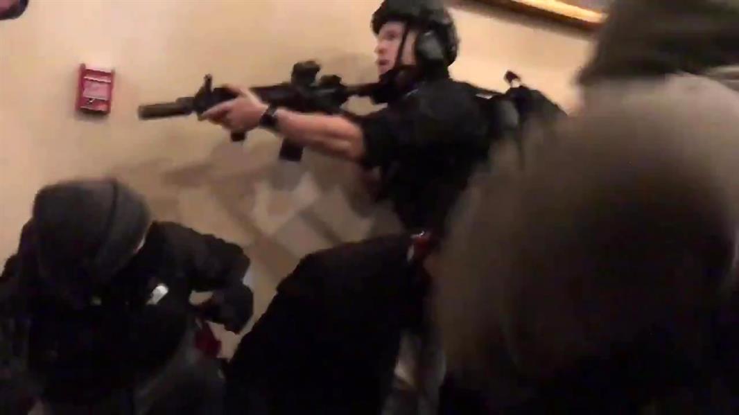 وفـاة امرأة خلال اشتباكات بين الشرطة ومقتحمي الكونغرس