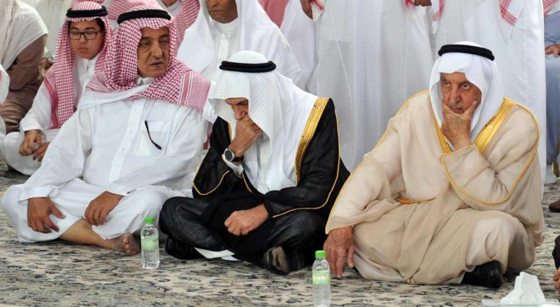 بالصور.. أمير مكة يؤدي صلاة الميت على الأمير