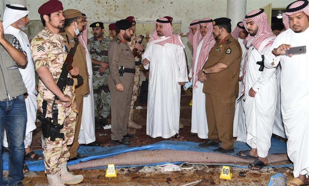 الأمير جلوي بن عبدالعزيز بن مساعد خلال تفقده موقع التفجير