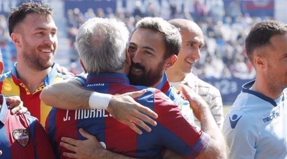 تكريم آباء اللاعبين قبل مباراة بالدوري الإسباني
