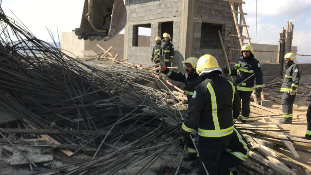 """""""مدني الباحة"""" ينتشل 6 عمال مصابين إثر انهيار سقف خرساني لبناية تحت الإنشاء"""