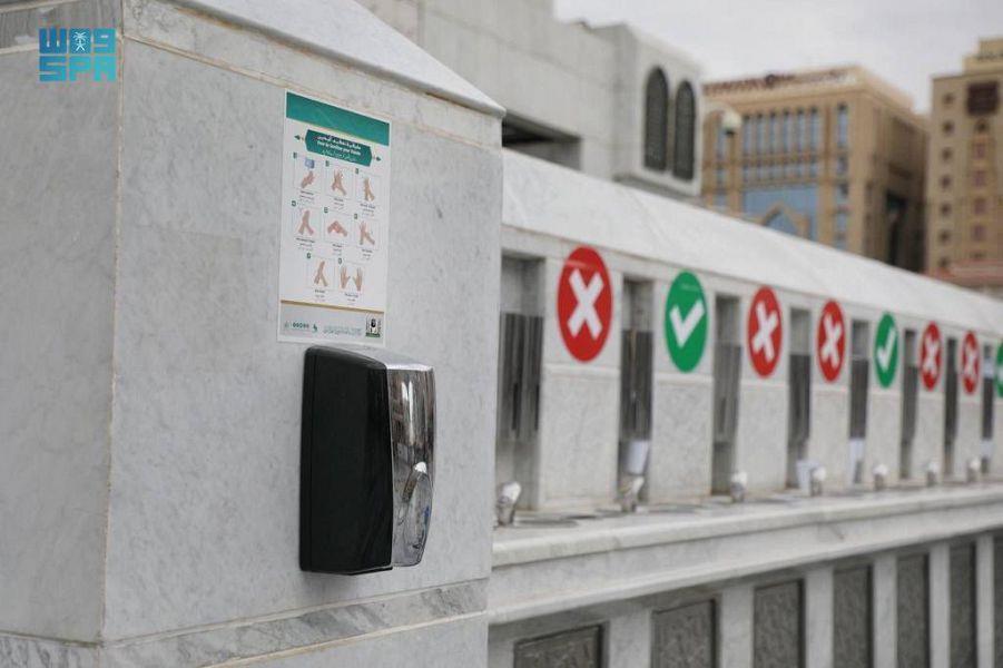 220 جهاز تعقيم يدوي يعمل بنظام مستشعر للحركة في ساحات وأروقة المسجد النبوي