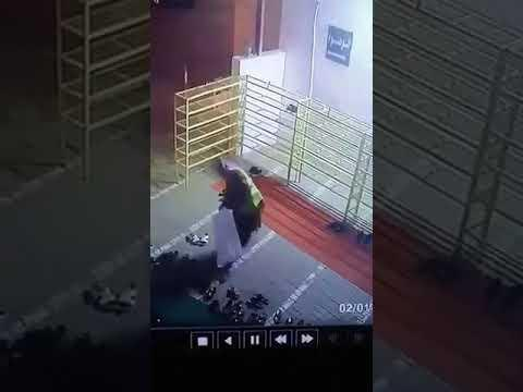 كاميرا مراقبة توثق قيام لص بسرقة أحذية المصلين من أمام أحد المساجد