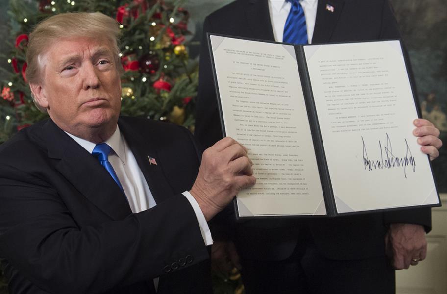 ترمب يحمل تصريحا موقعا في 6 ديسمبر بعد أن أدلى ببيان يقر نقل السفارة الأميركية من تل أبيب إلى القدس، وهو القرار الذي لقي استهج