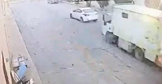 """لحظة سرقة سيارة """"دينا"""" في الرياض بطريقة غير معتادة"""