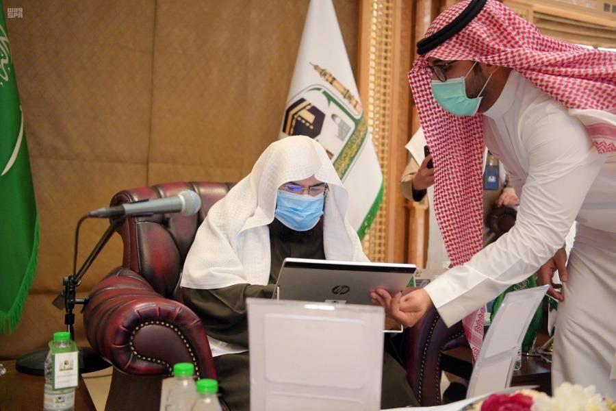 """""""السديس"""" يدشّن خدمات تقنية بمكتبة المسجد النبوي"""