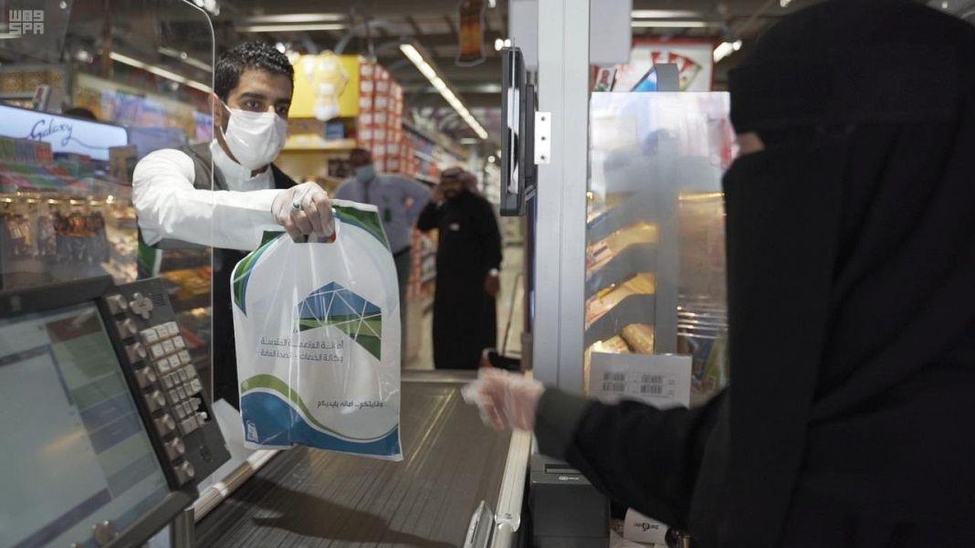 أمانة مكة توزع معقمات مجاناً على المواطنين والمقيمين والعاملين بالميدان