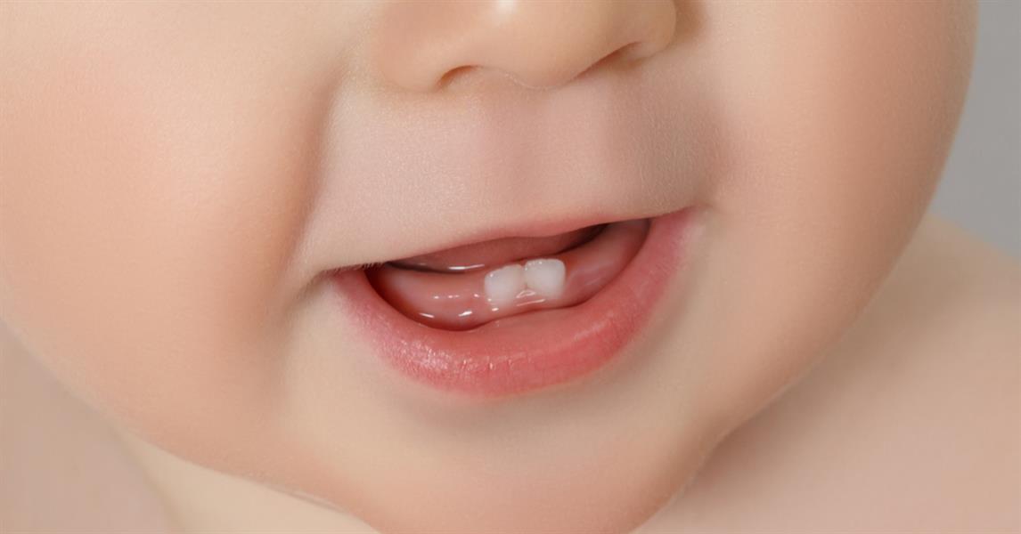 الأعراض التي يعاني منها الطفل عند بدء التسنين وطرق تخفيفها