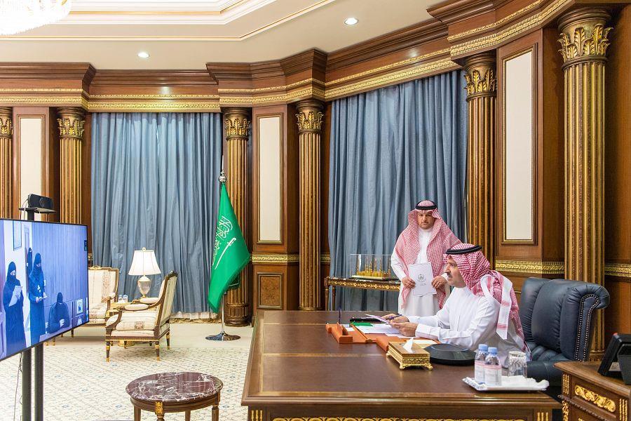 أمير المدينة المنورة يتواصل مع المواطنين والمواطنات عبر خدمة الاتصال المرئي