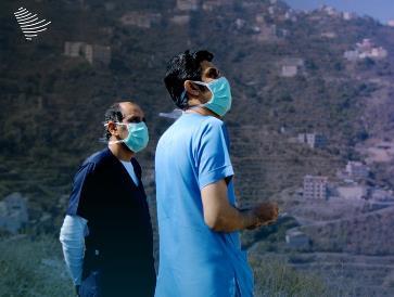 فريق طبي يجتاز وعورة جبال فيفاء لإعطاء المرضى لقاح كورونا