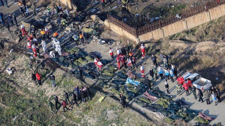 الإيرانيون يدفنون قتلى الطائرة الأوكرانية بعد أيام من الاحتجاجات