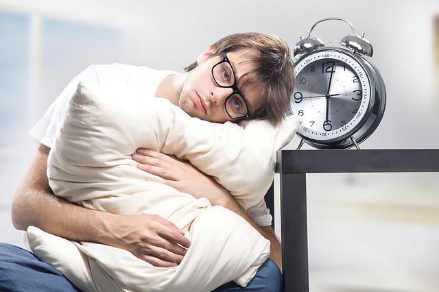"""دراسة حديثة: الأرق والتعب وانقطاع النوم قد يكون مؤشرا على مخاطر الإصابة بـ """"كورونا"""""""