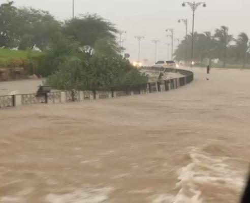 منخفض مداري يضرب عمان ويتسبب في غرق المركبات والطرق