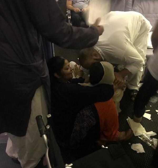 """شاهد.. موقف غريب لحجاج عائدين إلى باكستان.. تعطل تكييف طائرة """"السعودية"""" يفقد عدداً منهم الوعي"""