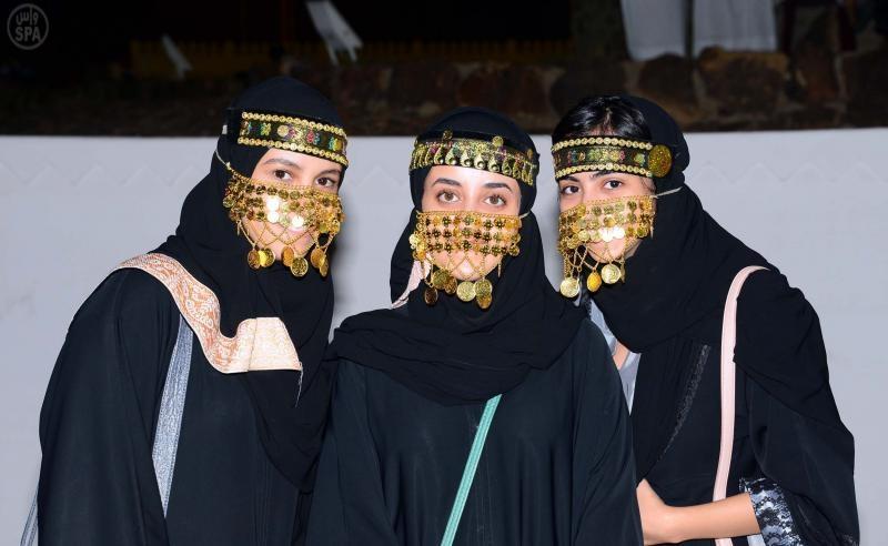 الفنلنديات يرتدين اللباس البدوي