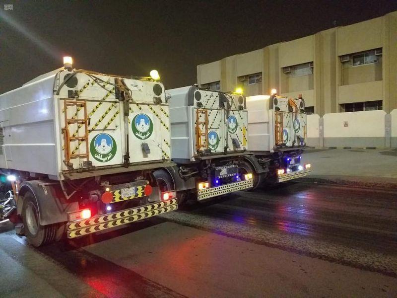 44 آلية تُعقّم شوارع وطرقات الرياض خلال فترة منع التجول