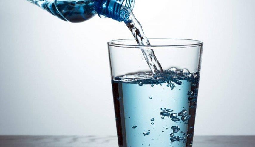 الحرص على الإكثار من شرب السوائل، ويُنصح بشرب ما لا يقل عن 3 إلى 4 أكواب من الماء يوميًا.