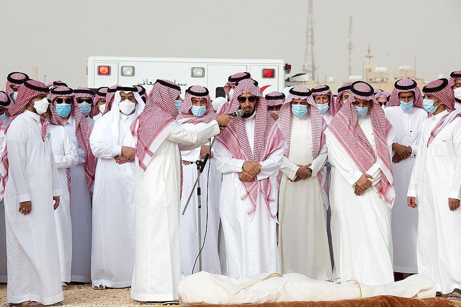 نائب أمير الرياض يؤدي صلاة الميت على الشيخ ناصر الشثري