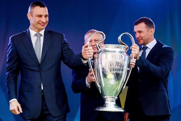 """بالصور.. كأس """"دوري أبطال أوروبا"""" تصل كييف"""