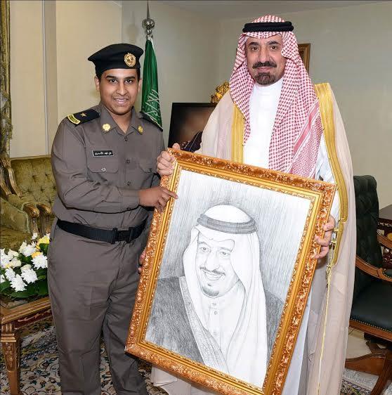 أمير نجران يكرّم الطالب صاحب لوحات المؤسس وخادم الحرمين
