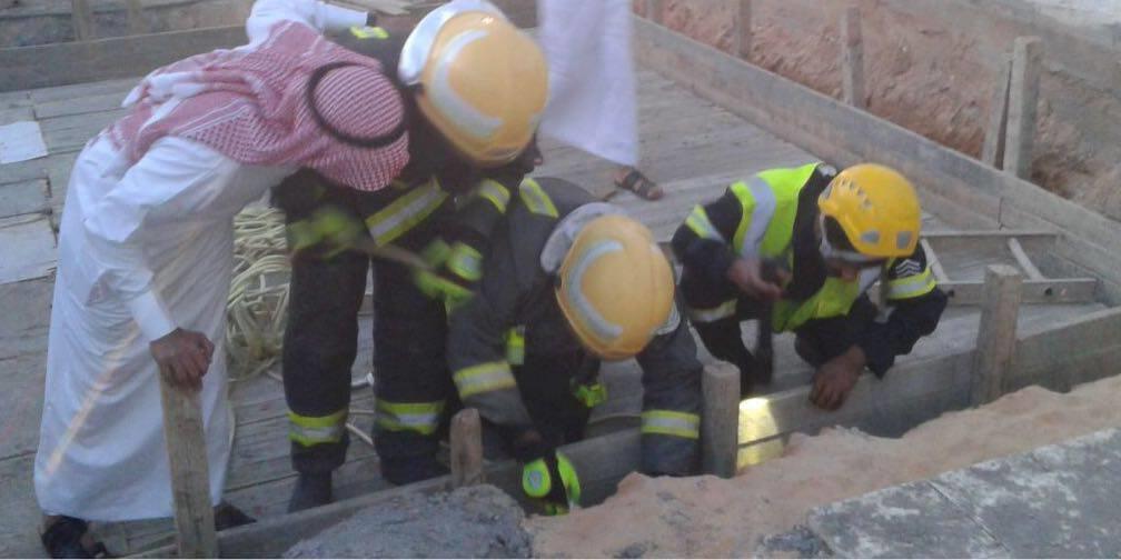 مدني طبرجل ينقذ طفلًا سقط في الجزء الفاصل بين سُور خزان صرف صحي تحت الإنشاء والعازل الترابي