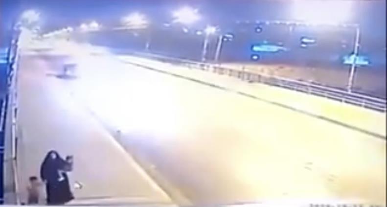 فيديو صادم لامرأة عراقية ترمي طفليها في النهر انتقاماً من زوجها